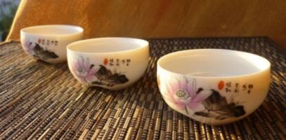 Фото КІСЕ, чаші піали з малюнком, ієрогліфами